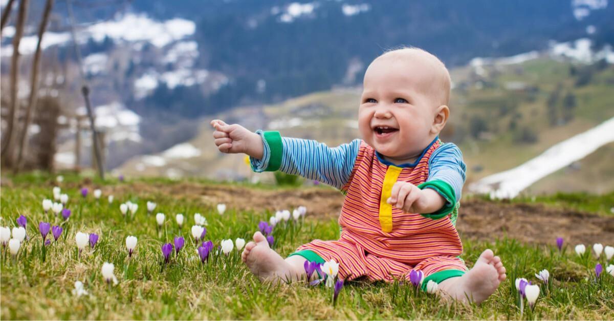 lachendes Baby auf Alm