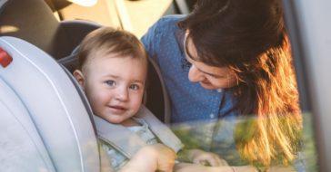 Baby im Kindersitz mit Mutter