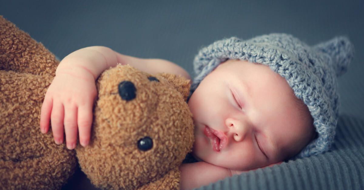 schlafendes Baby mit Teddybär
