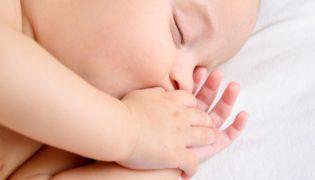 Warum Babys am Daumen nuckeln?