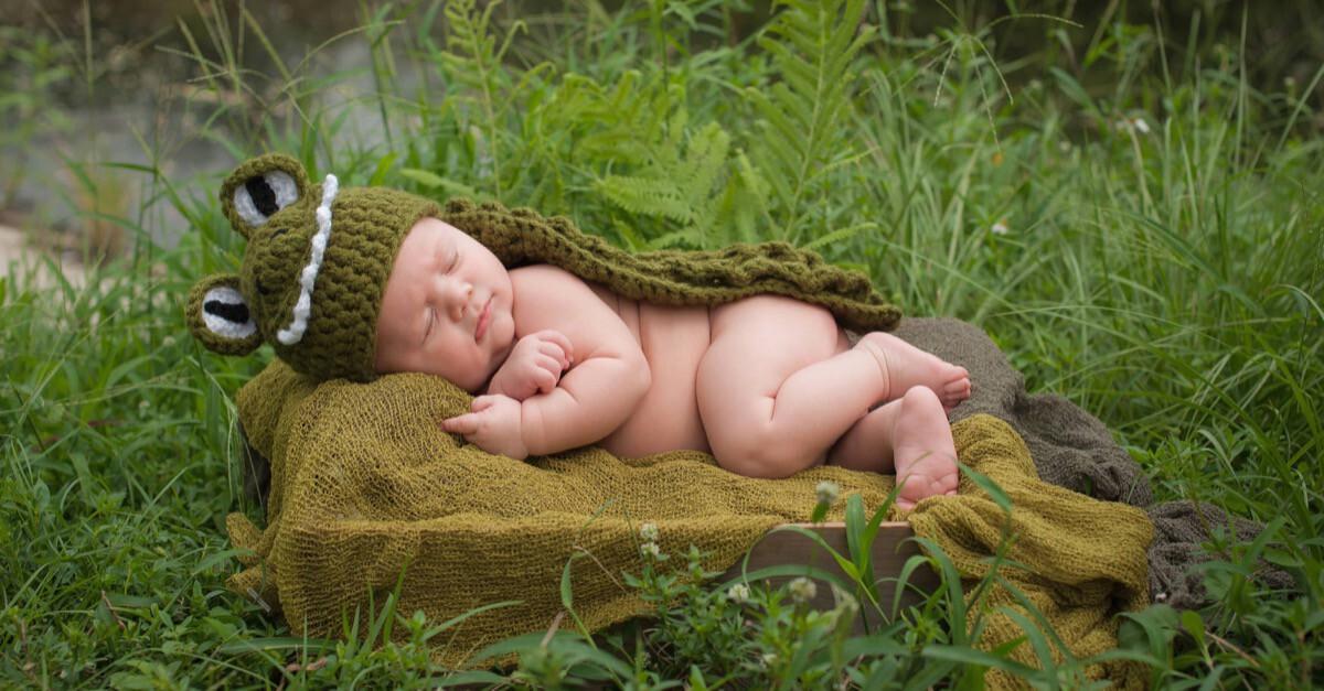 Baby schläft in der Natur