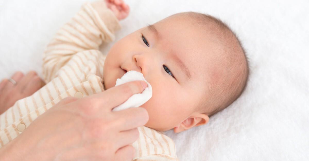 Baby wird mit Tuch saubergewischt