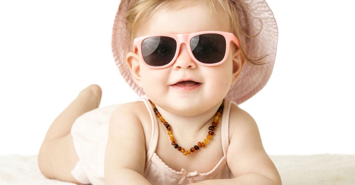 Eine Sonnebrille für das Baby