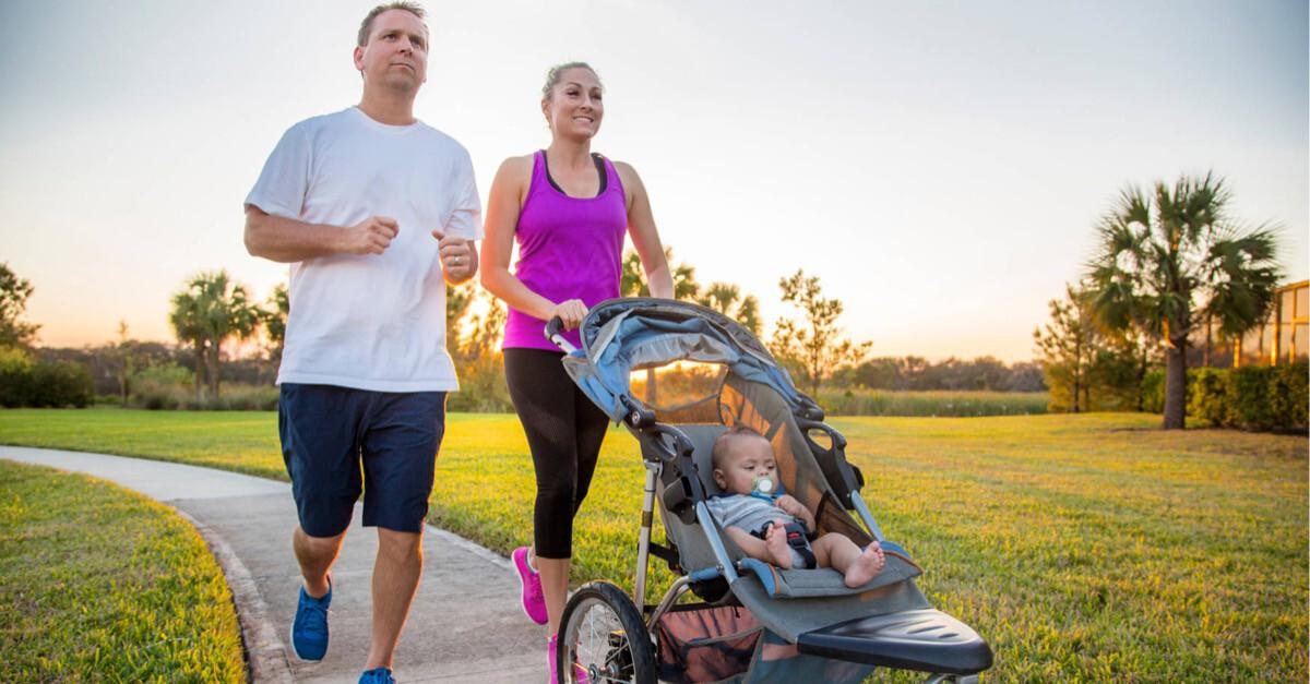 Familie läuft mit Kinderwagen