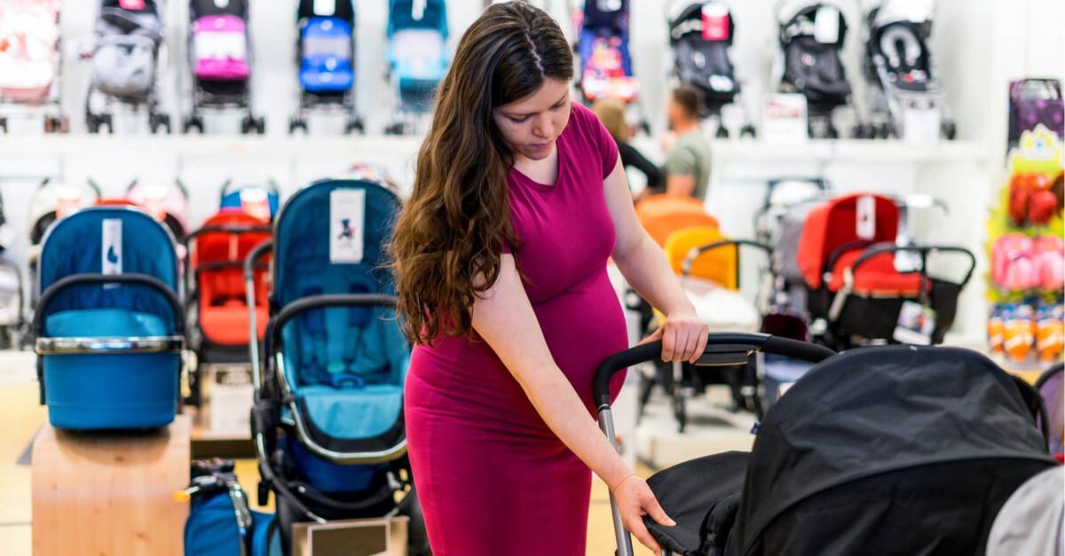 Frau beim Kauf eines Kinderwagens