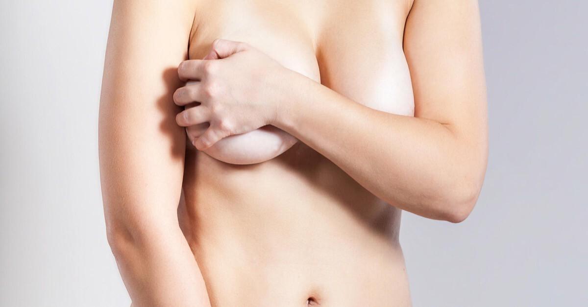 Frau hält ihre Brüste