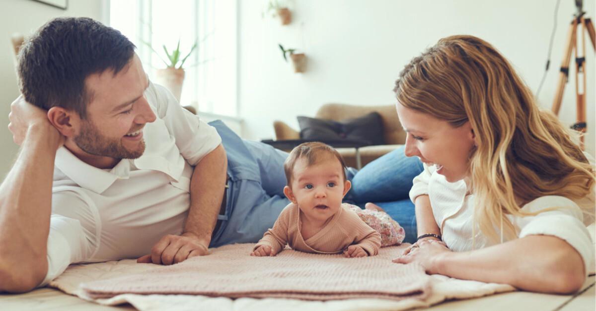 junge Eltern mit Baby