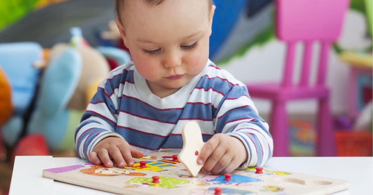 Kind spielt mit Setzkasten