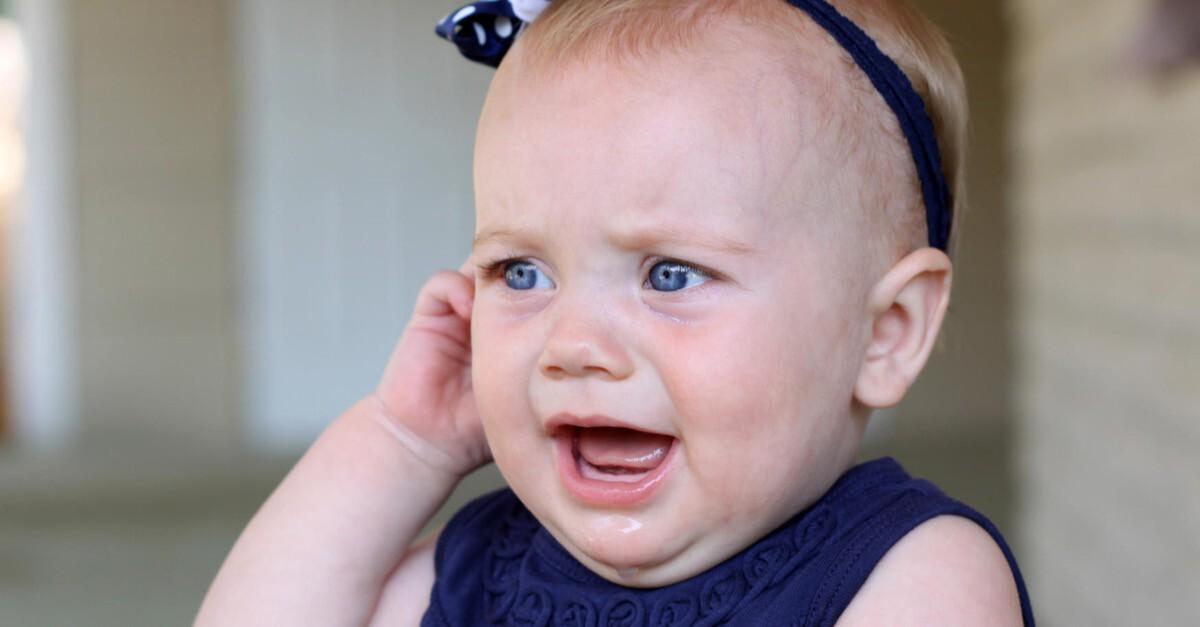 kleines Mädchen hält sich ihr rechtes Ohr