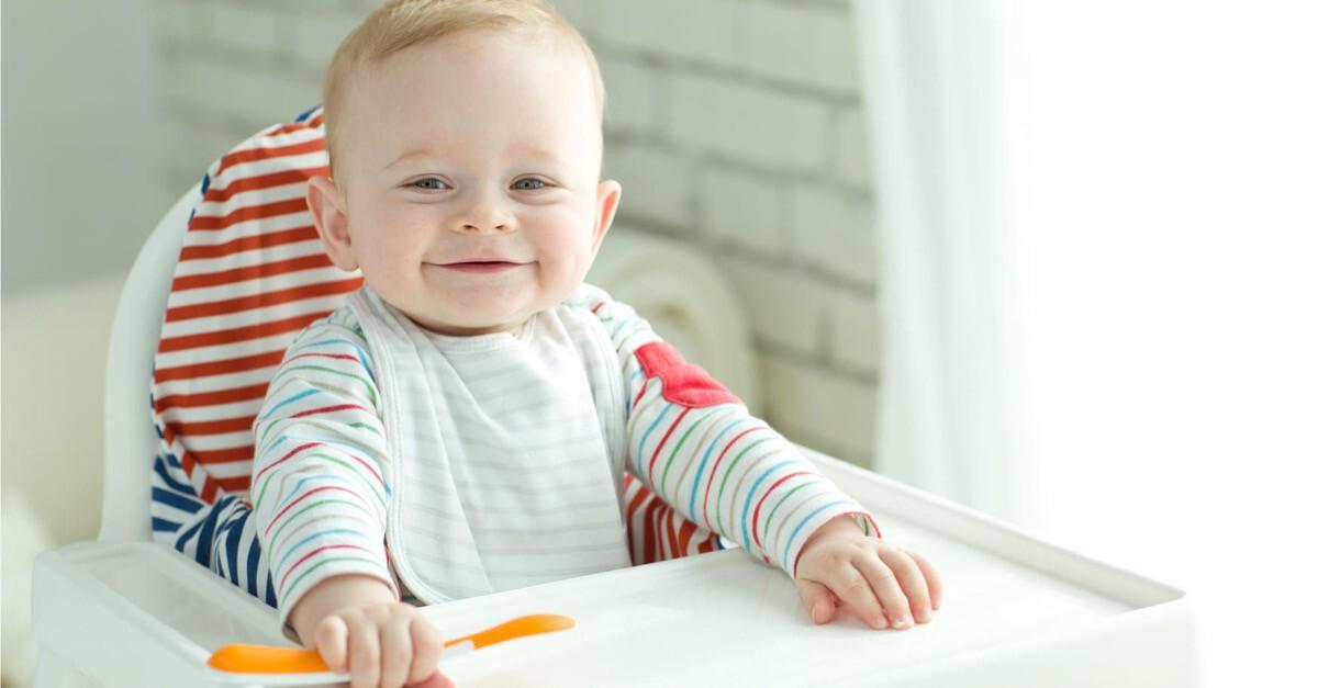 lächelndes Baby mit Löffel