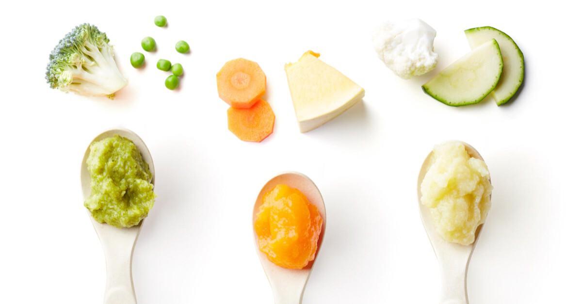 Löffel mit Babybrei und Gemüse