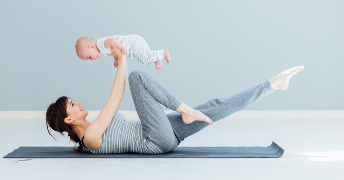 Mutter trainiert mit Baby