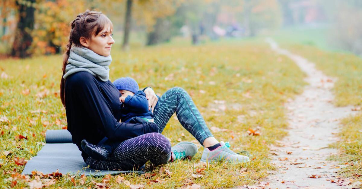 Mutter betreibt Sport mit Baby in der Natur
