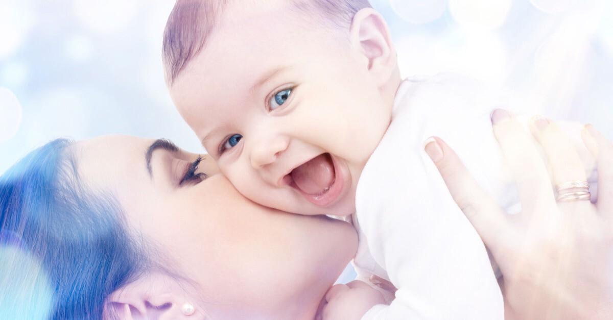Mutter küsst lachendes Baby