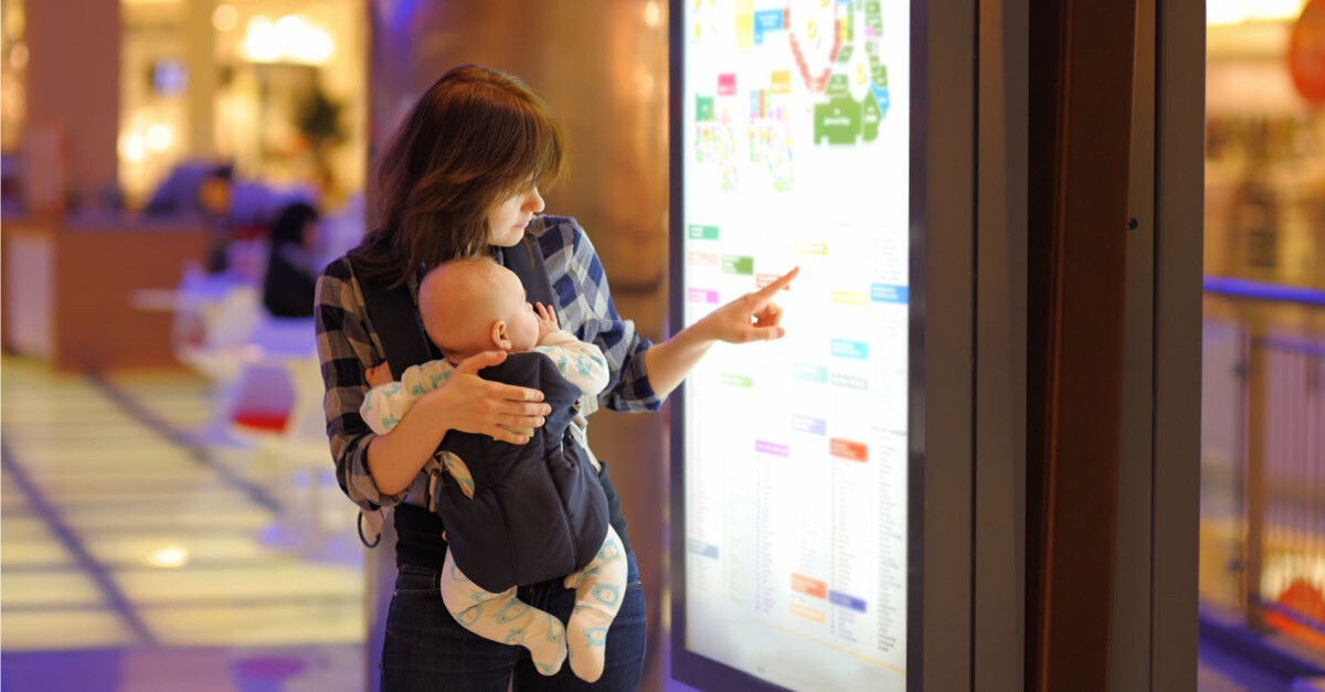 Mutter mit Baby in einem Einkaufszentrum