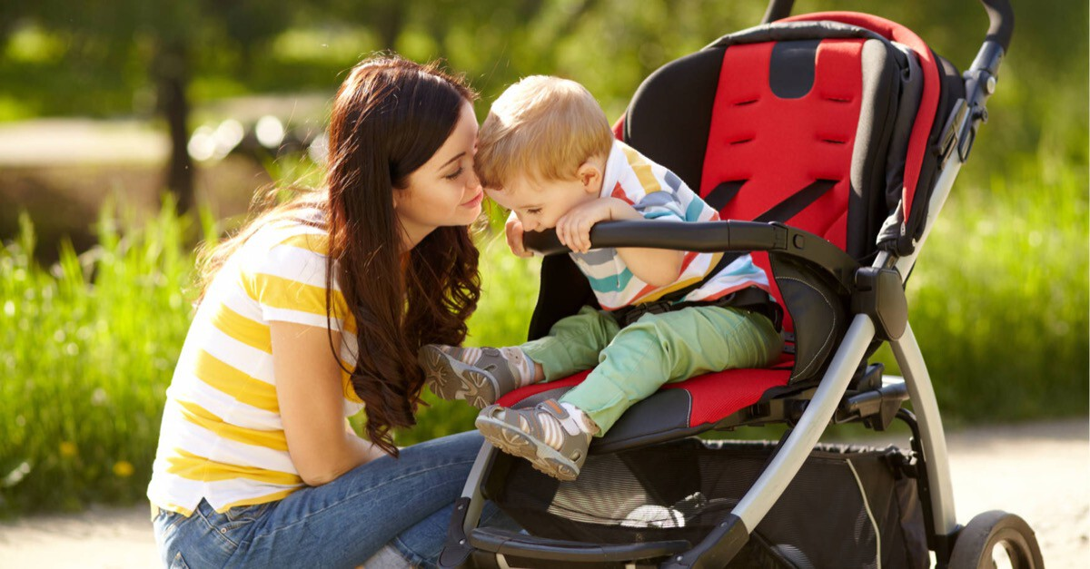 Mutter mit Kind in Kinderwagen