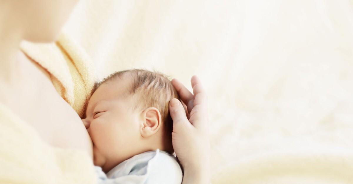 Mutter stillt Baby