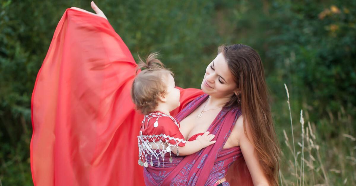 Mutter tanzt mit Baby in der Natur