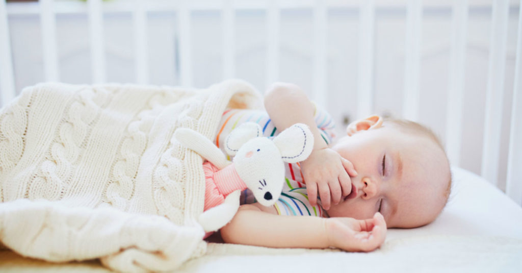 Schlafen - Gefahren im Kinderbett