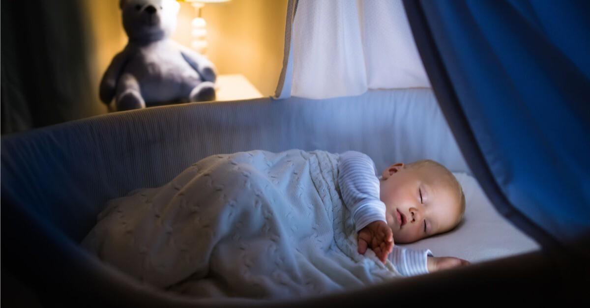 schlafendes Baby in Bettchen