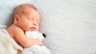 Wie viel schläft ein Baby im 2. Monat?