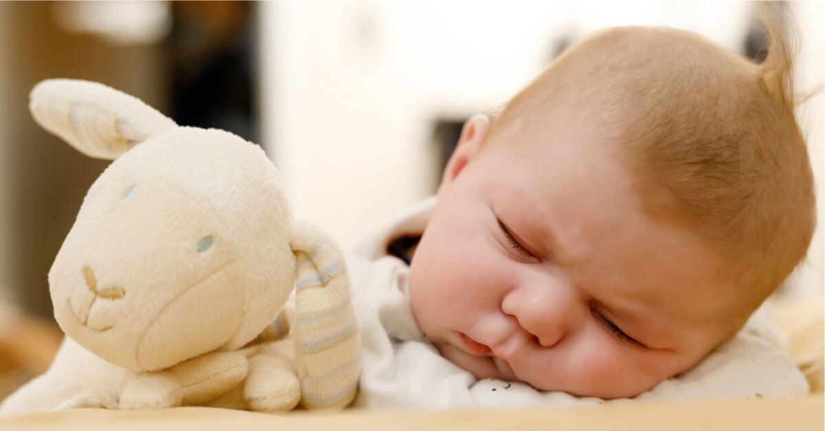schlafendes Baby mit Stofftier