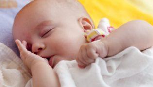 Wie viel schläft ein Baby im 10. Monat?