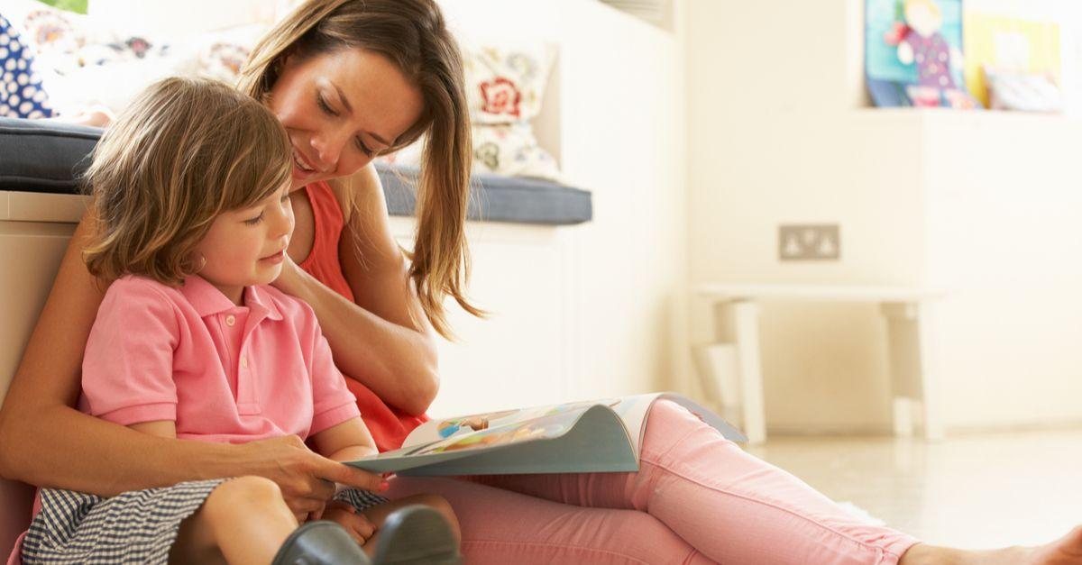 Mama liest Buch mit Bub