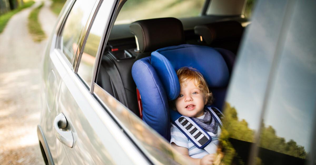 Bub im Auto Kindersitz