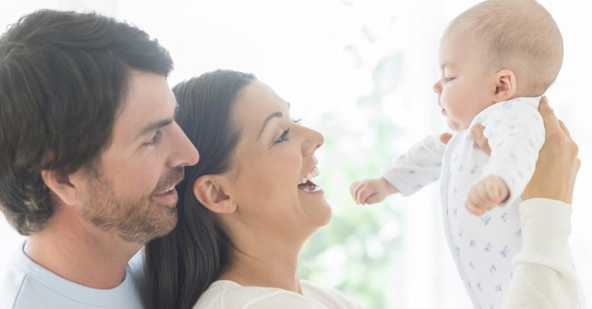 Baby und Famiie nach erfolgreichen Behördengängen