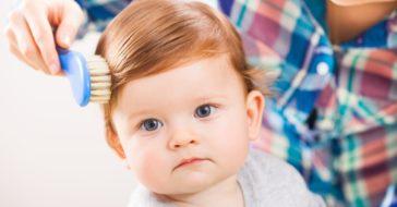 Baby Haare bürsten rothaarig