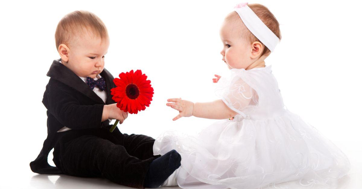 Babys angezogen als Braut und Bräutigam