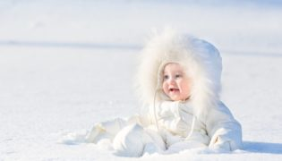 Babys Sonnenschutz im Winter