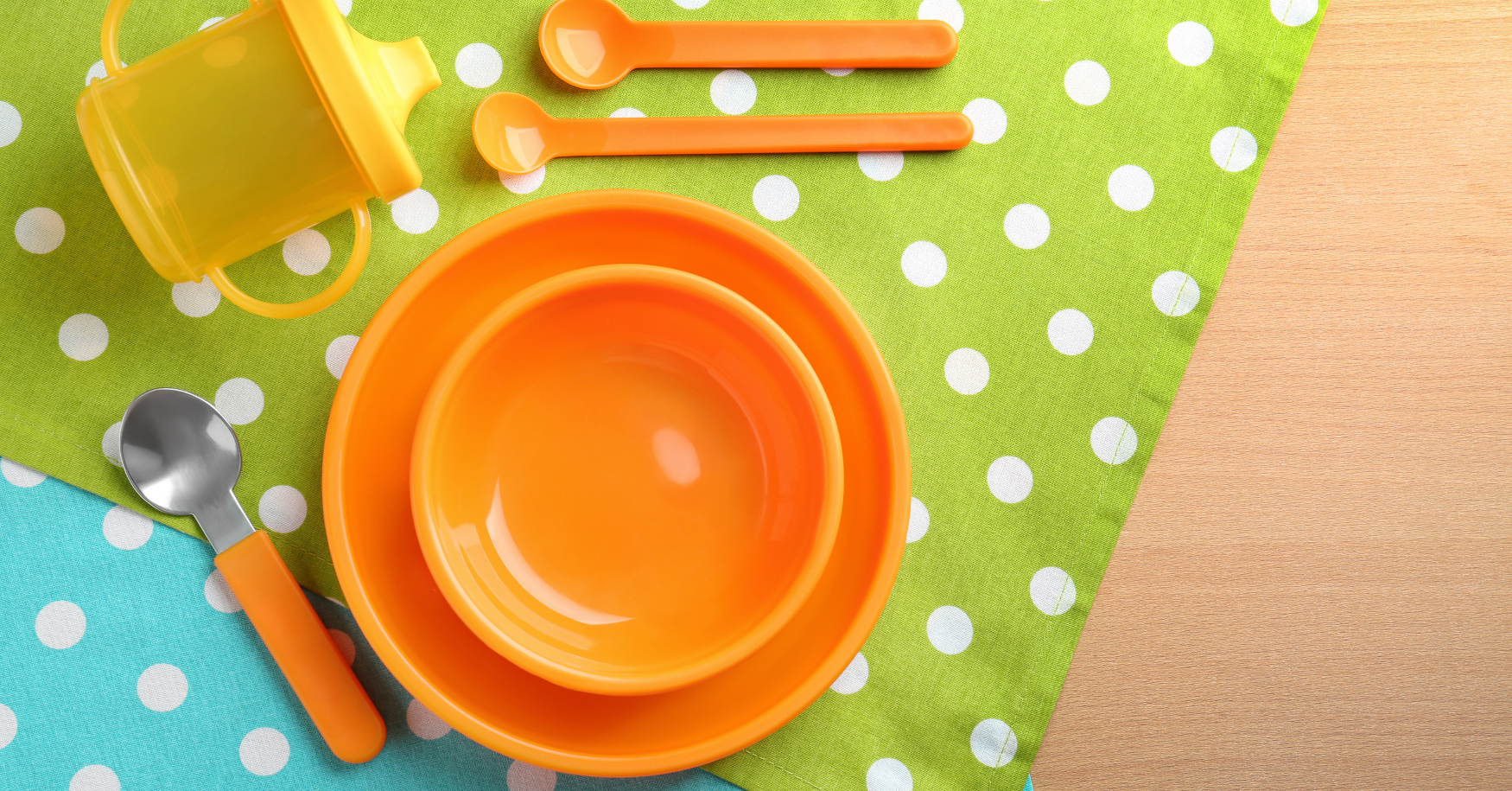 Kindergeschirr beziehungsweise Babygeschirr steht am Tisch