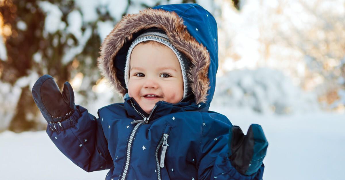 Fröhliches Baby im Winter ist gut geschützt