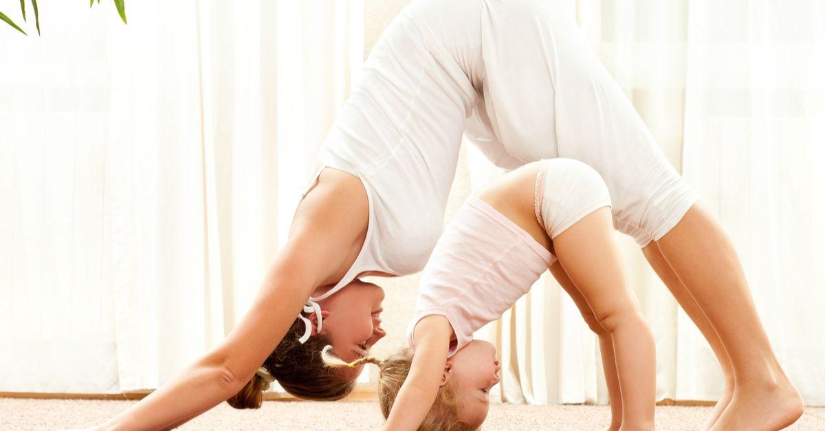 Mama und Tochter machen Yoga