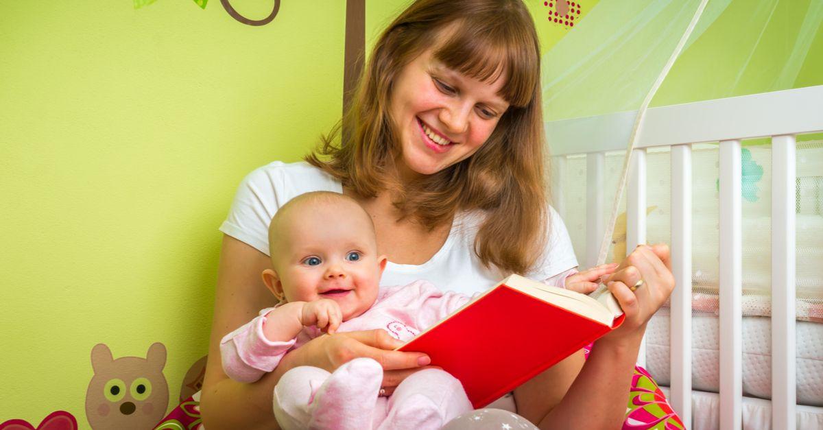 Mutter hält Buch und Baby