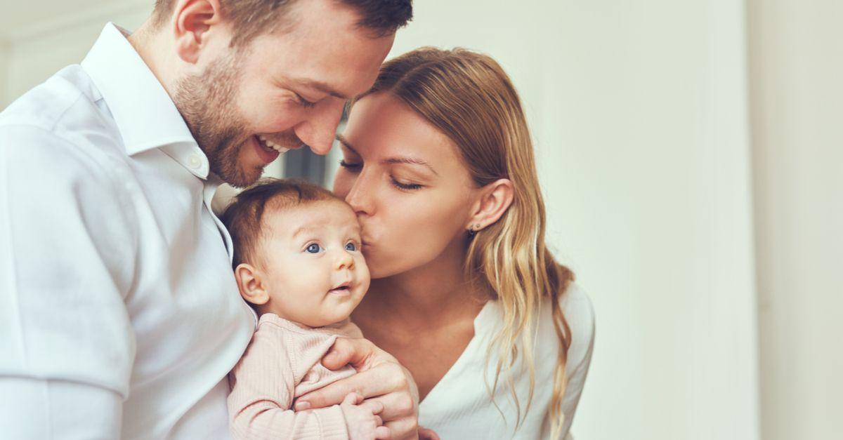 Eltern halten baby