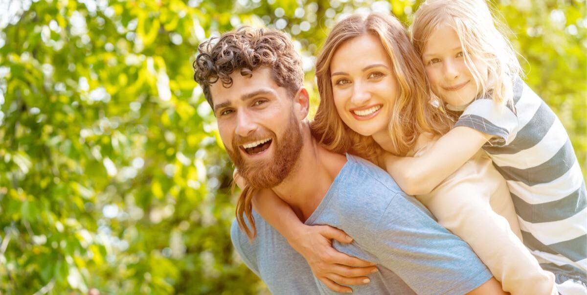 Familie freut sich auf die Zukunft