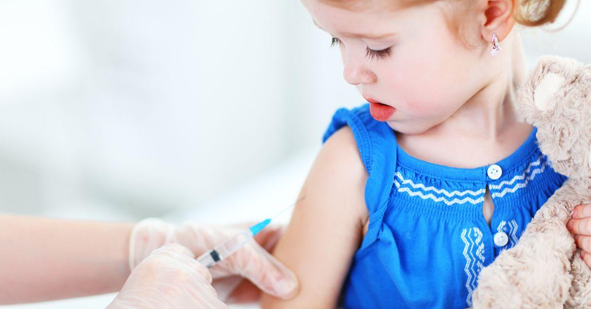 Kleines Mädchen impfen
