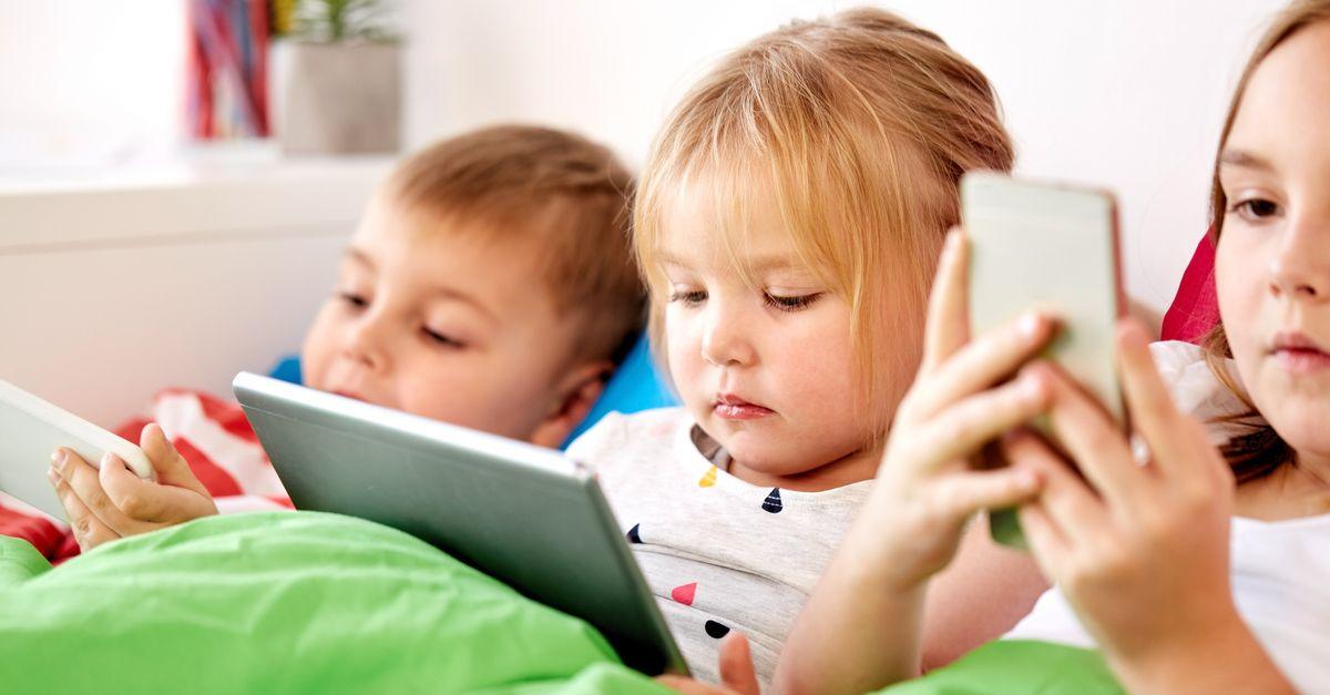 Kleine Kinder mit Tablet und Smartphones