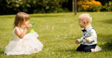 Kleine Kinder spielen Seifenblasen