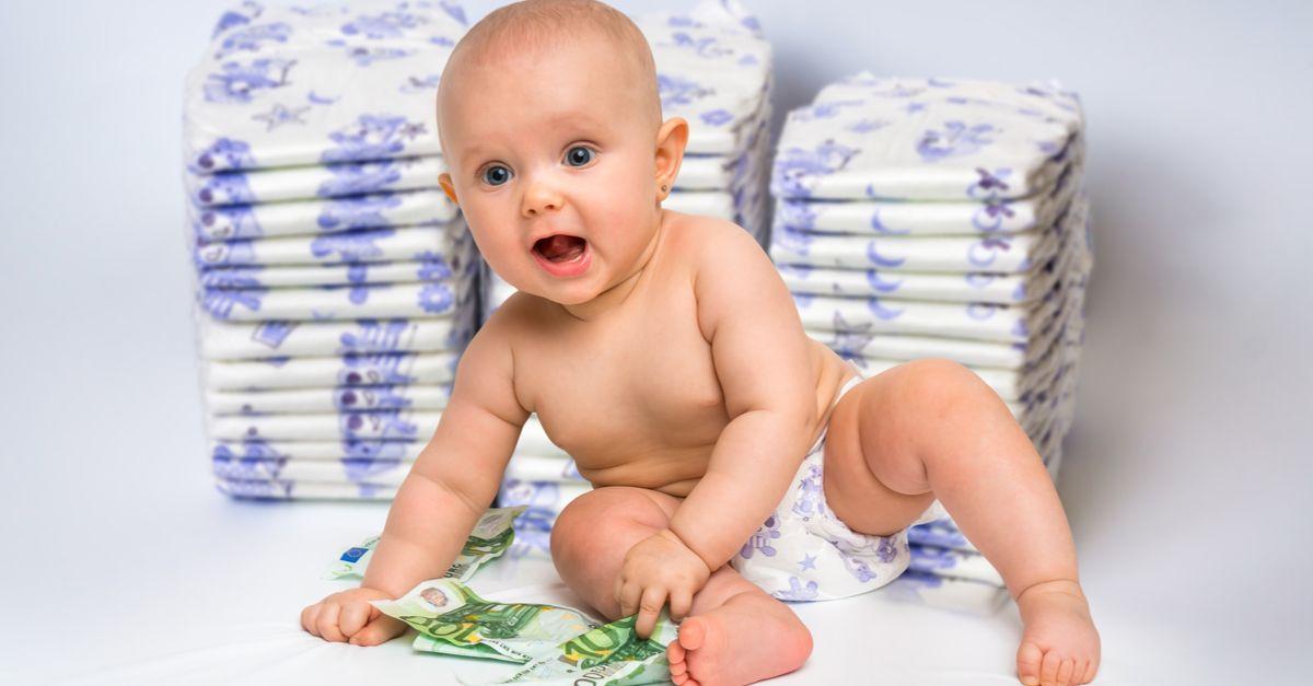 Baby spiel mit Geld Windeln im Hintergrund