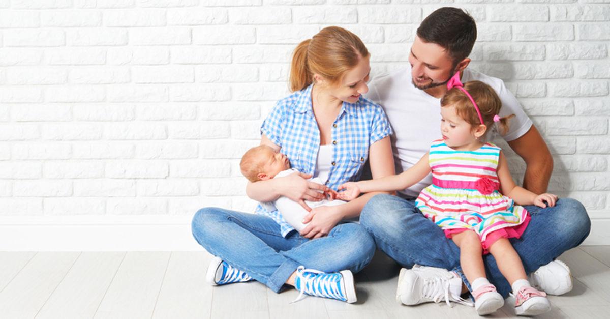 Familie freut sich über Kinderbetreuungsgeld in Salzburg