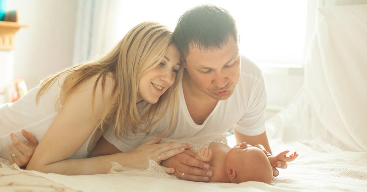 Familie freut sich über Kinderbetreuungsgeld