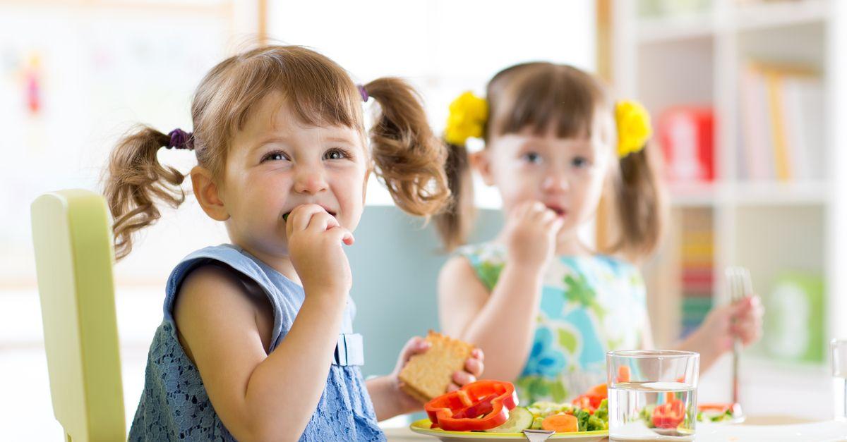 mädchen isst in kinderkrippe