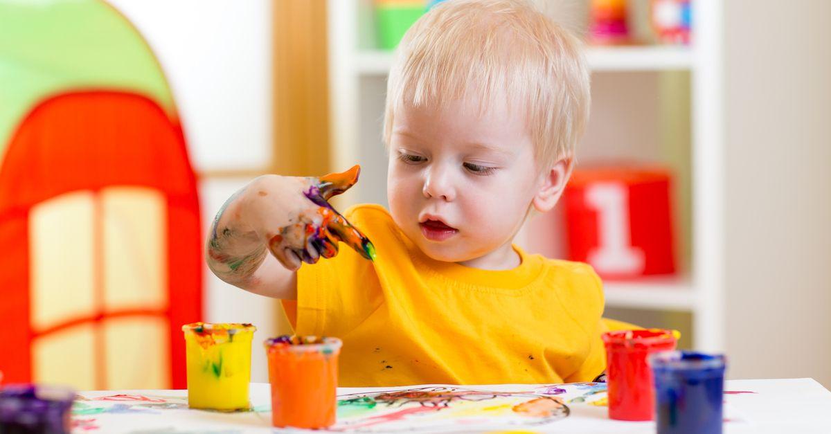 Bub malt mit Fingerfarben