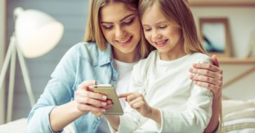 Mama und Kinder am Smartphone