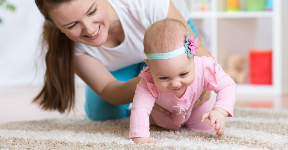 Baby wird beim Krabbeln gefördert