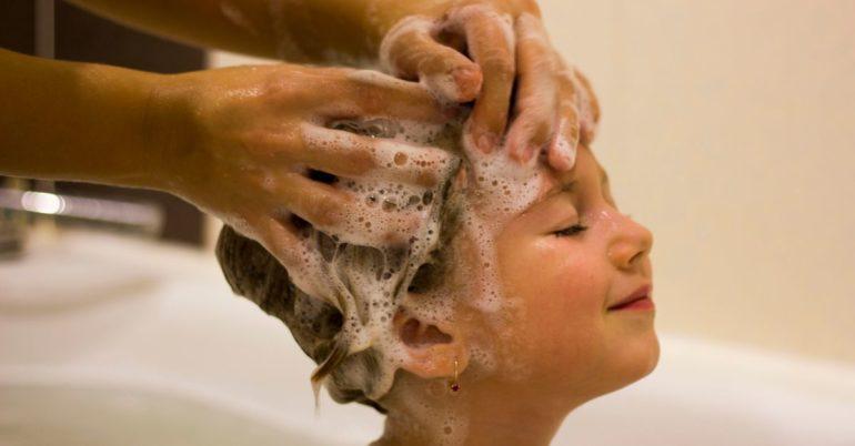 Mädchen Haare waschen